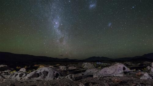 Galaxias y piedra volcánica