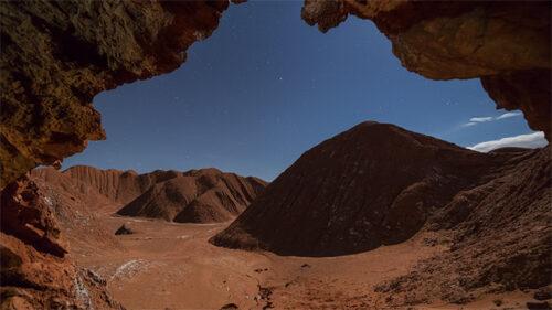 Cueva, montañas y estrellas