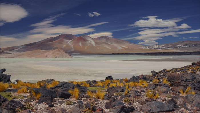 Montañas, piedra volcánica y nubes lenticulares