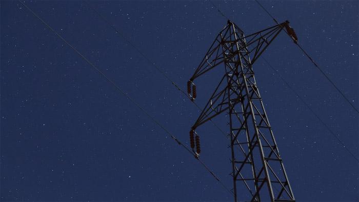 Torre de cables eléctricos y estrellas