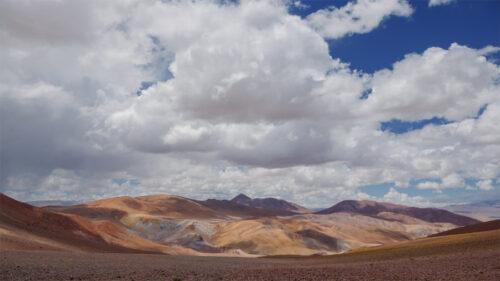 Montañas, nubes y sombras